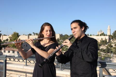 נגני חליל וקלרינט על רקע העיר העתיקה